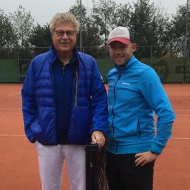 Bondscoach Aad Zwaan en Remi de Jager (eigenaar De Jager Tennis) slaan handen ineen